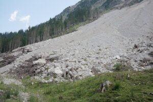 Contoh Karangan SPM: Tanah Runtuh